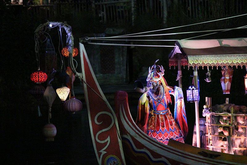 The show started with musicians, dancers and singers being brought out on boats, similar to the Jungle Book show that appeared over 2016 summer.