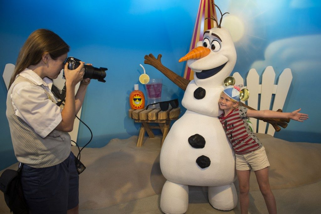 Use your MagicBand to save your Photopass pictures to your account. Copyright Disney.