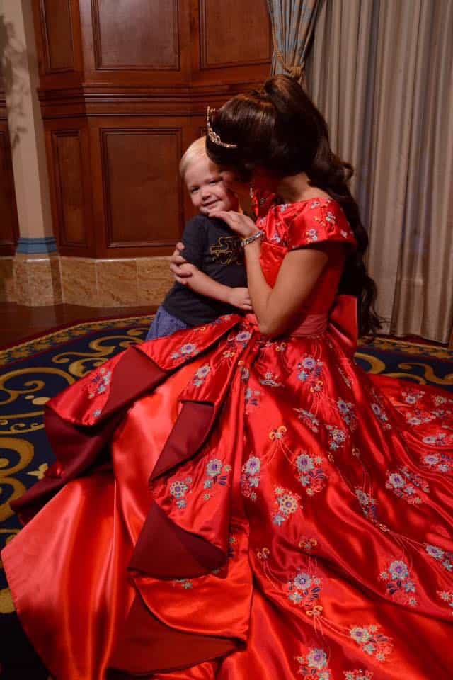 What NOT to do When Toddlers Meet Characters at Disney World 20